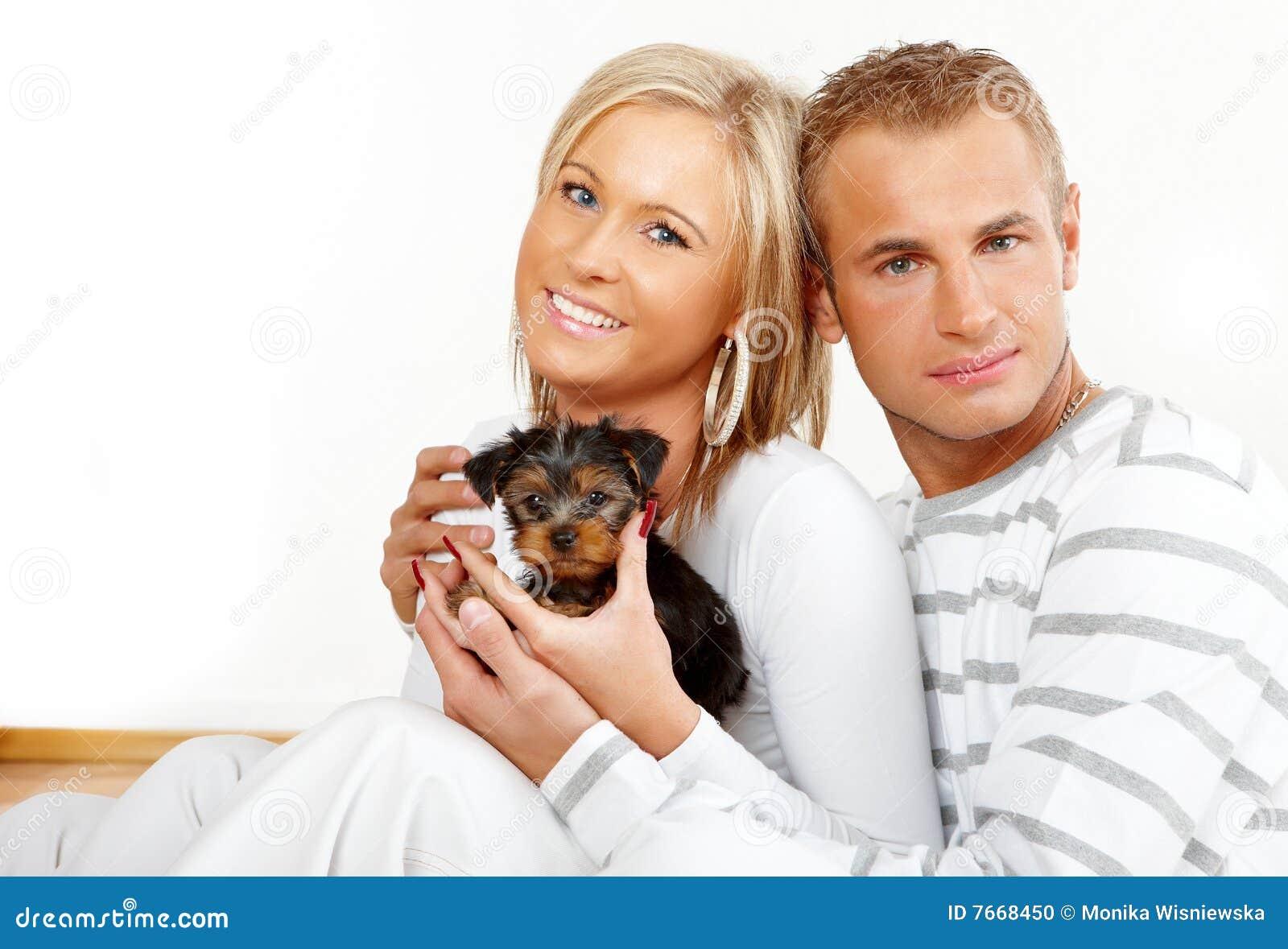 Lycklig valp för par