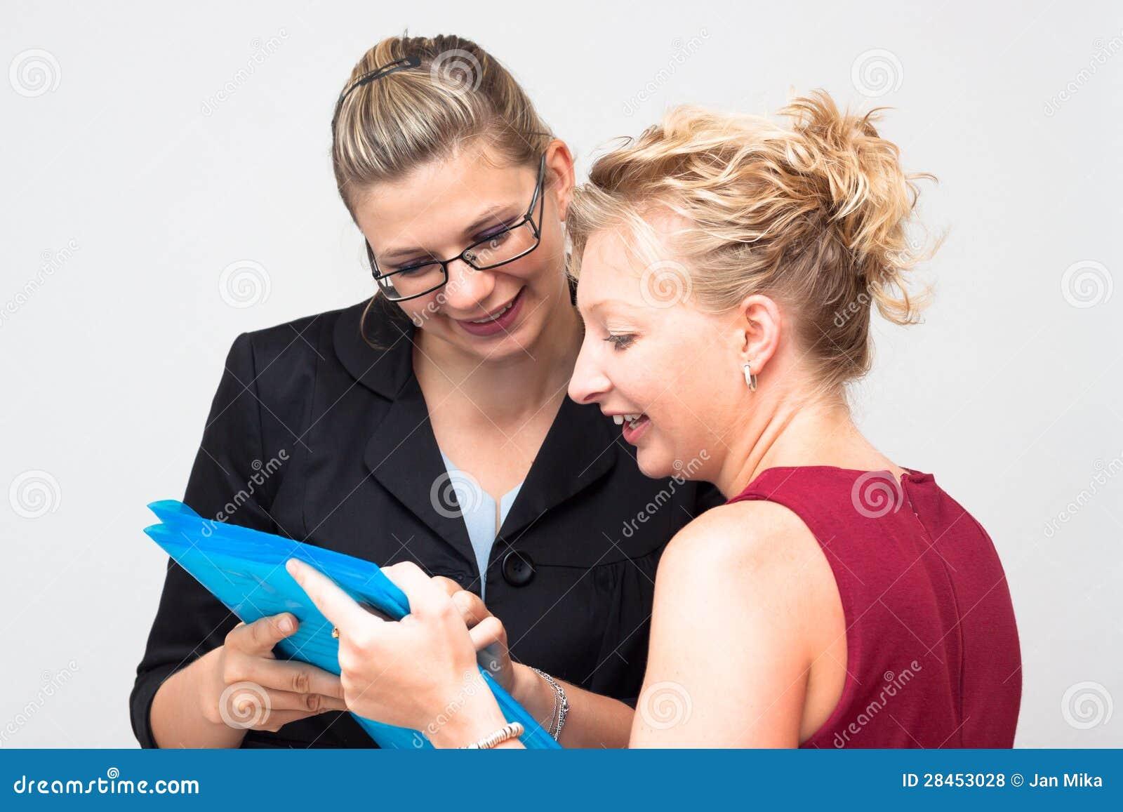 Lyckliga affärskvinnor som ser dokumentet