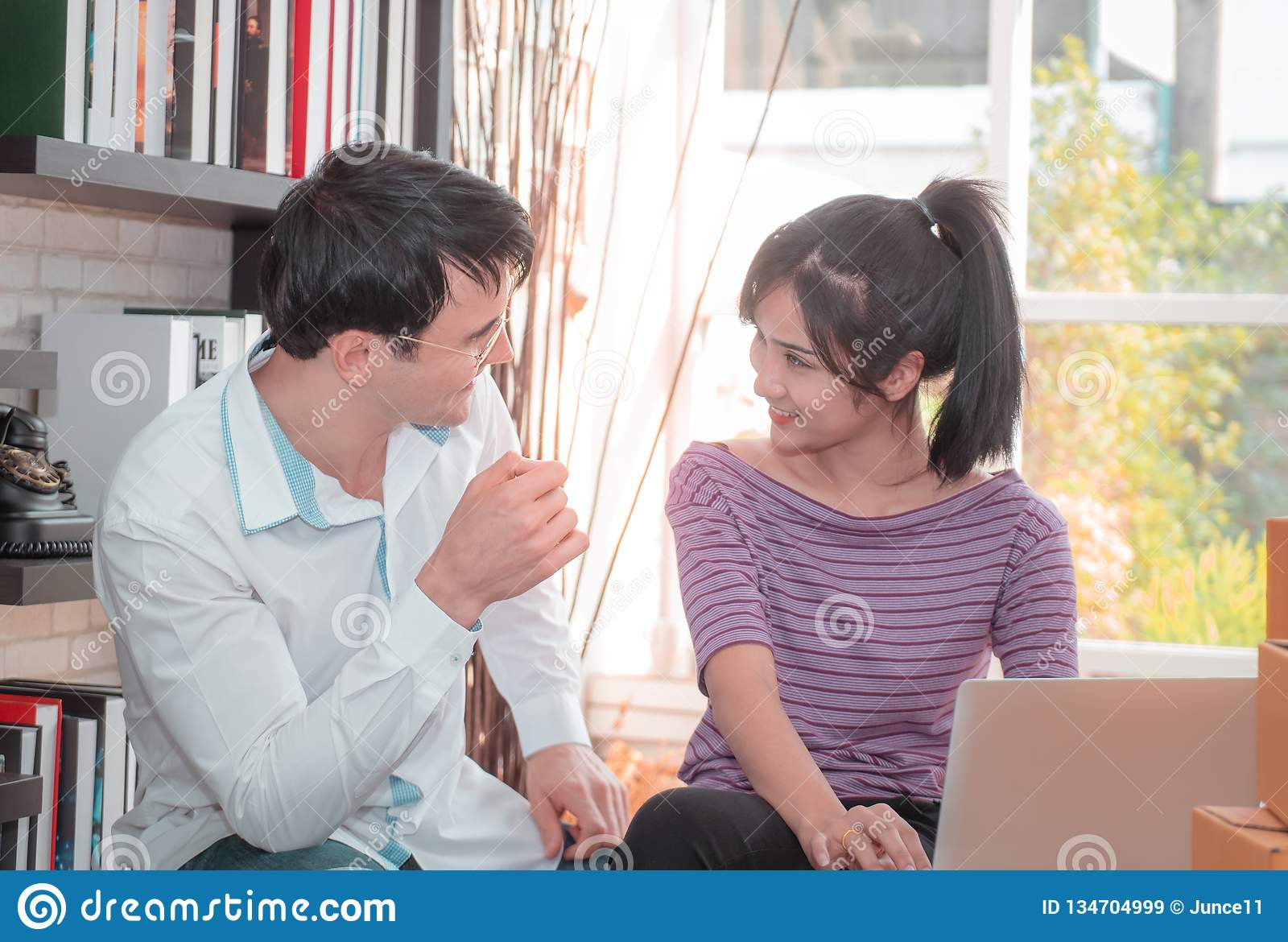 Lyckliga affärspar som tillsammans hemma arbetar