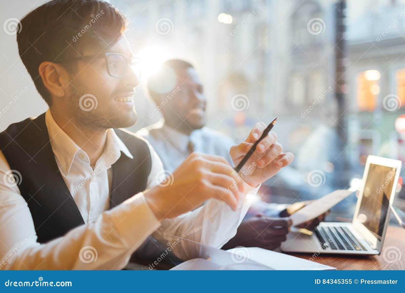 Lyckliga arbetare som drömmer av framgång