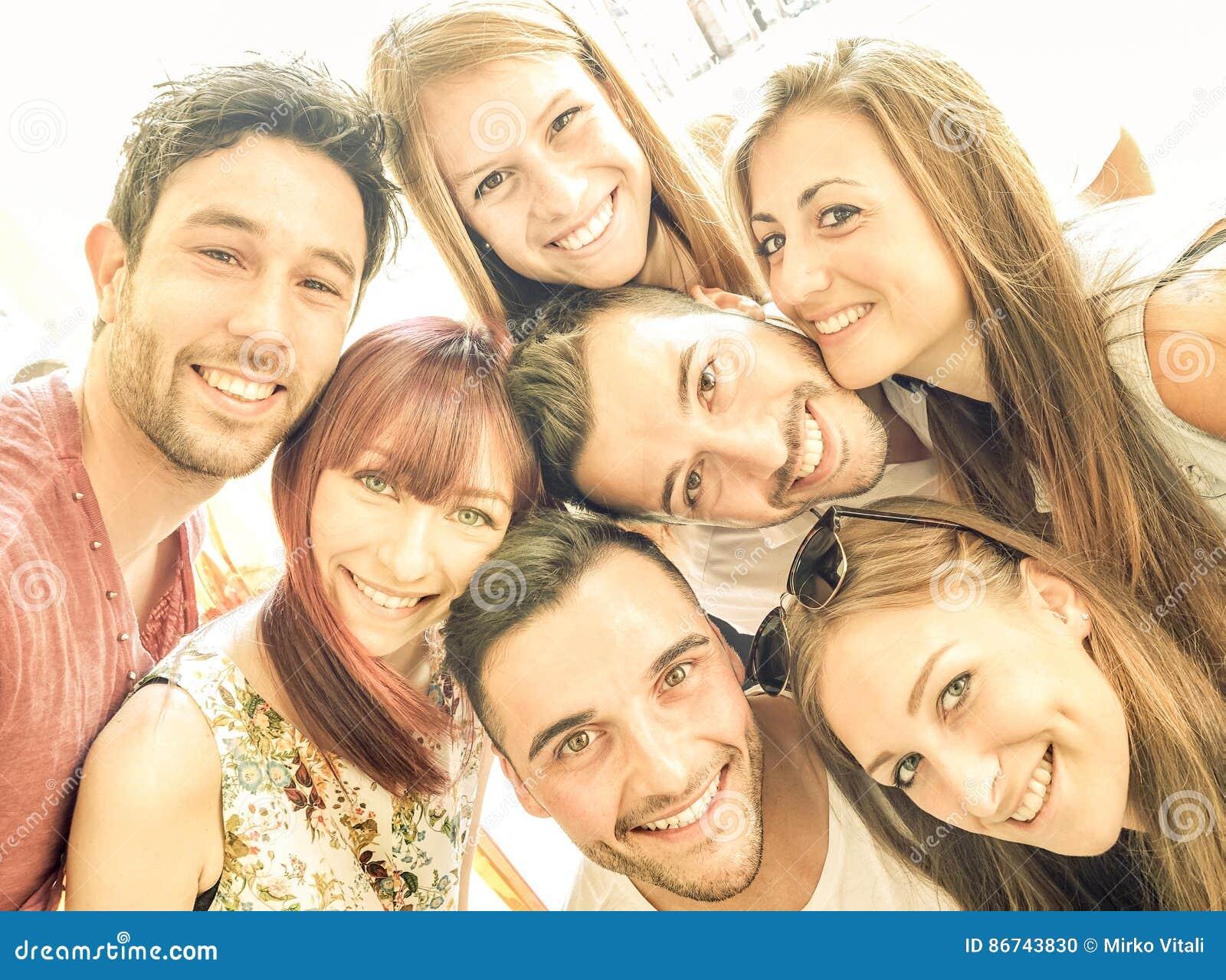 Lyckliga bästa vän som tillsammans tar selfie och har gyckel