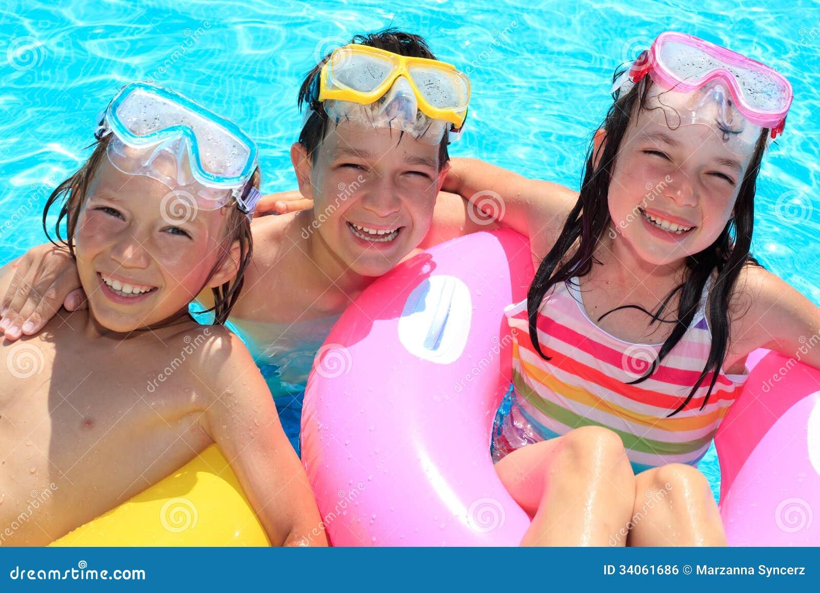 Lyckliga barn i simbassäng