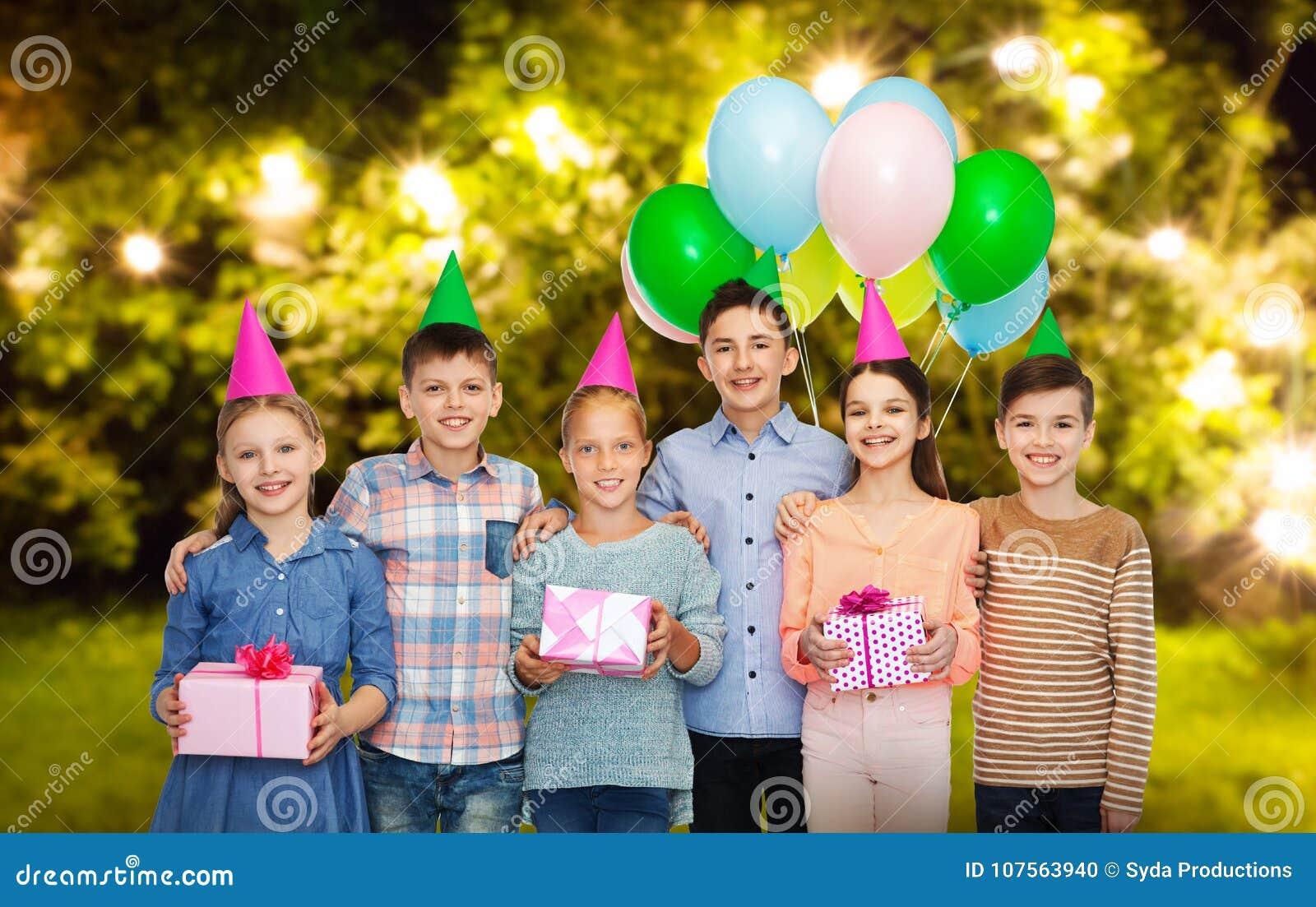 Lyckliga barn med gåvor på födelsedagpartiet