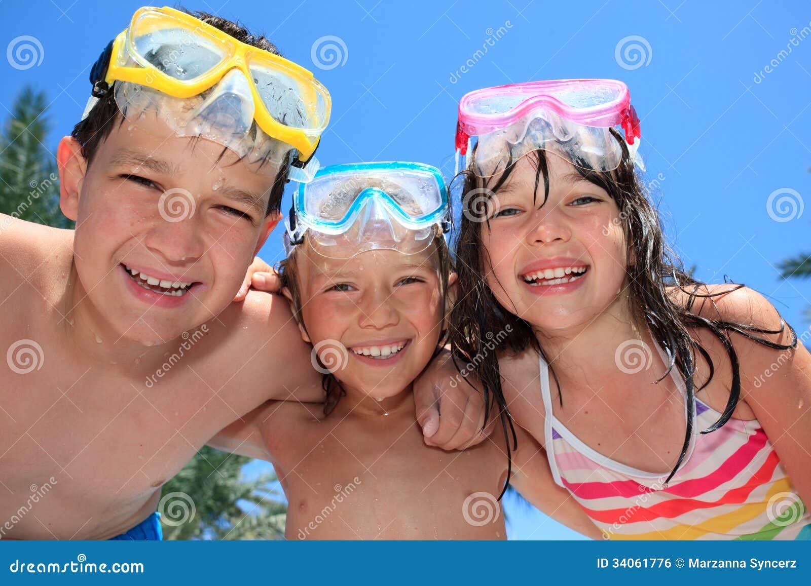 Lyckliga barn med skyddsglasögon