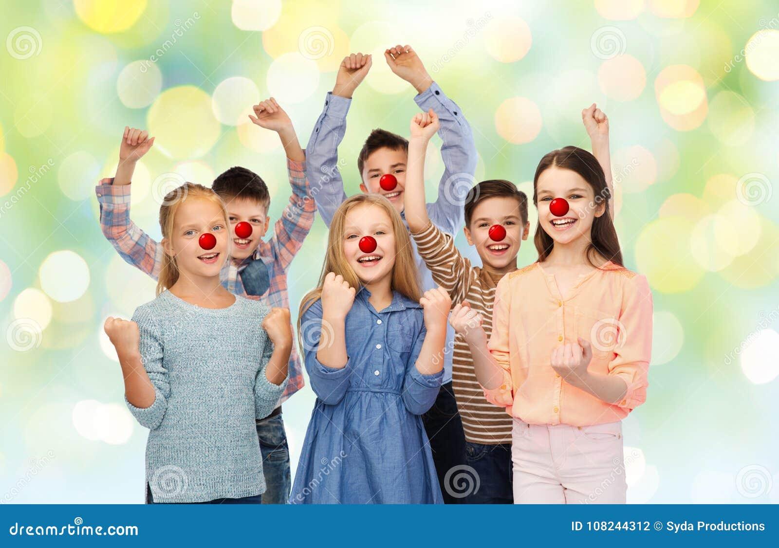Lyckliga barn på den röda näsdagen
