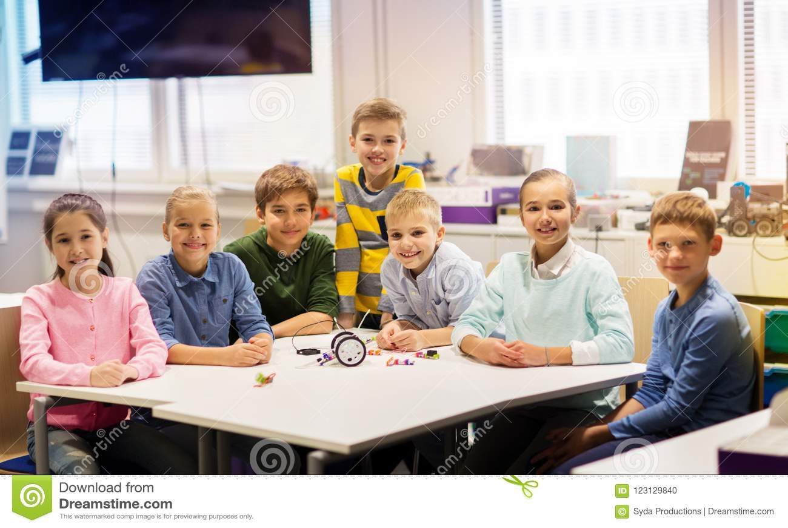 Lyckliga barn som bygger robotar på robotteknikskolan