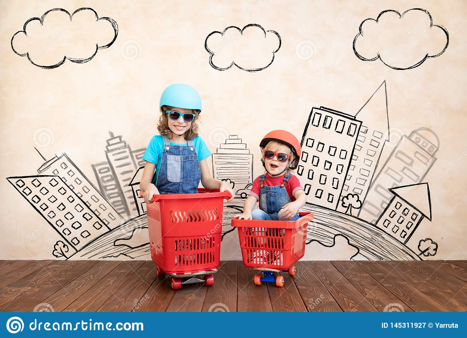 Lyckliga barn som hemma k?r leksakbilen