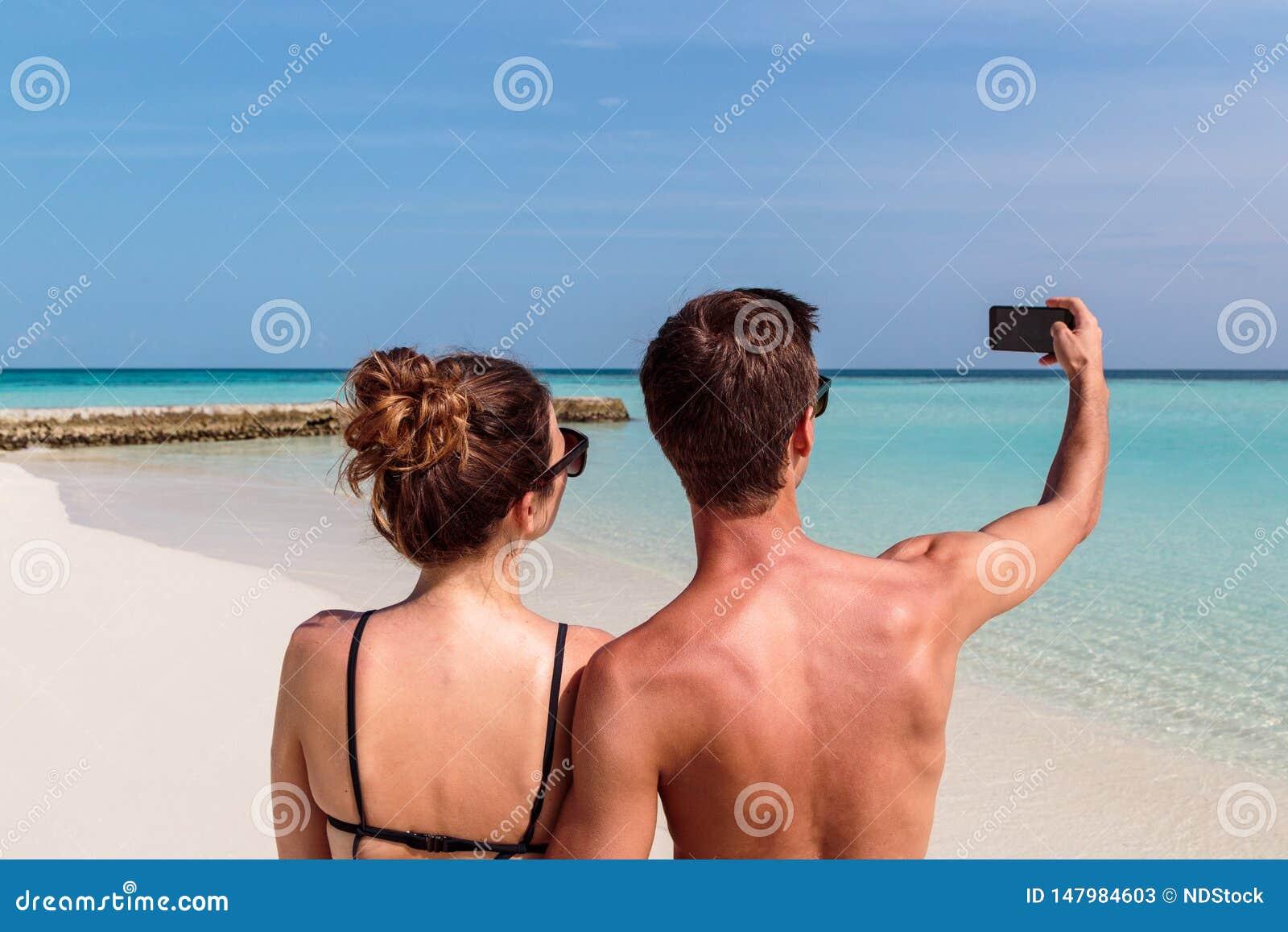 Lyckliga barnpar som tar en selfie Tropisk ? som bakgrund