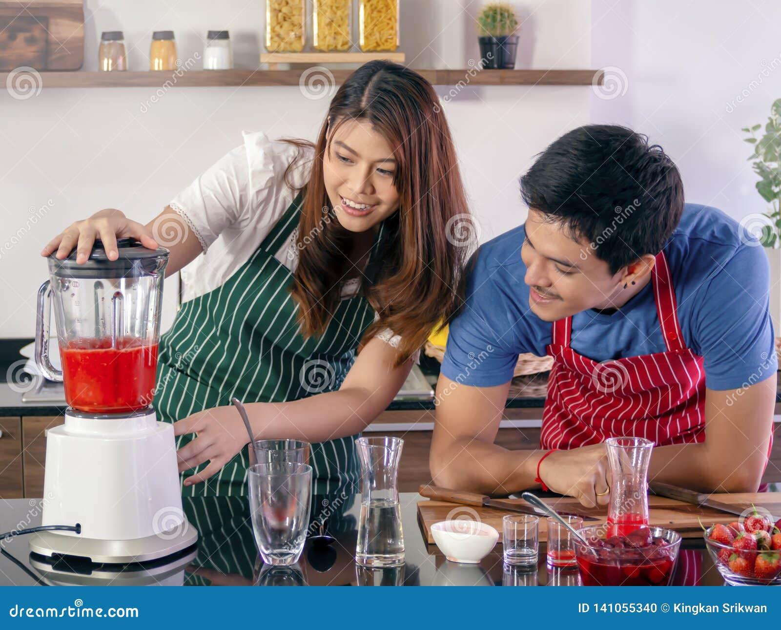 Lyckliga barnpar som tillsammans lagar mat