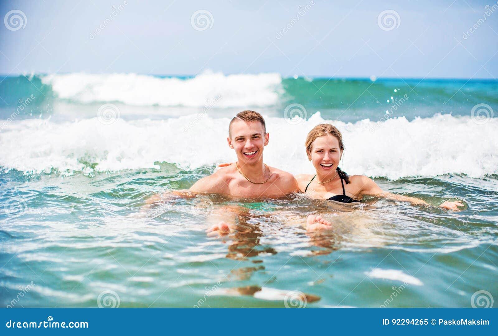 Lyckliga barnpar som tycker om havet