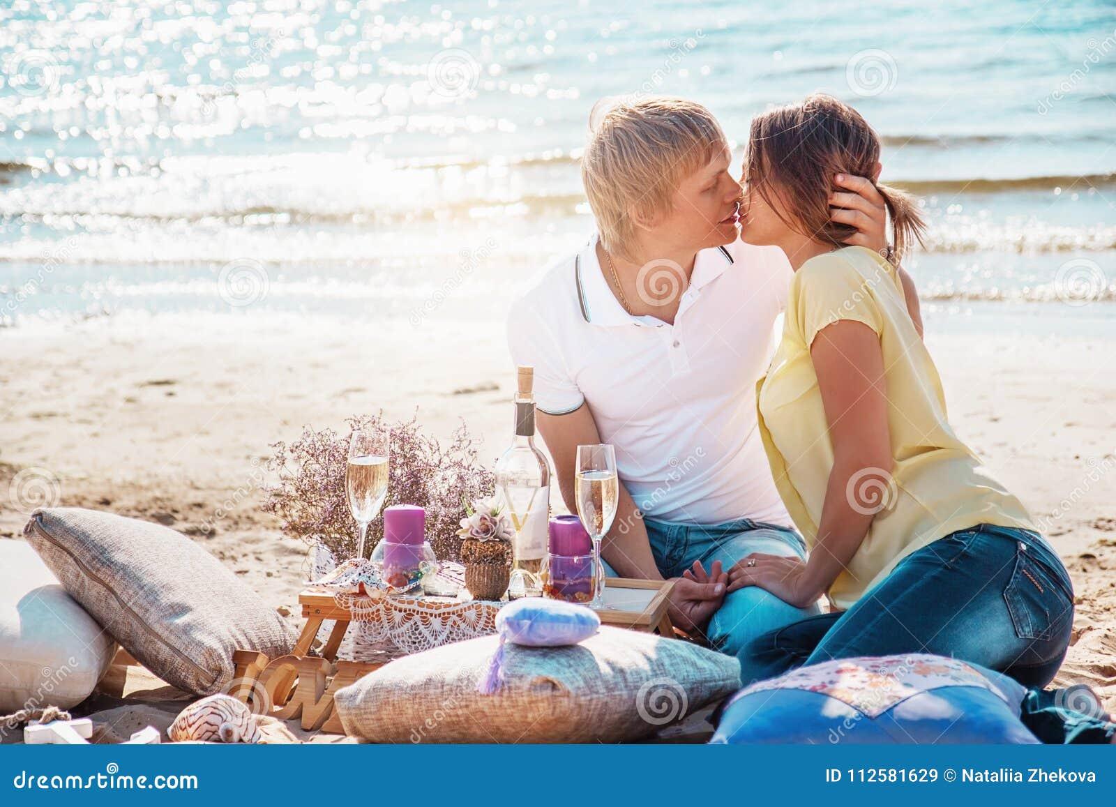 Lyckliga barnpar som tycker om picknicken på stranden och, har bra si