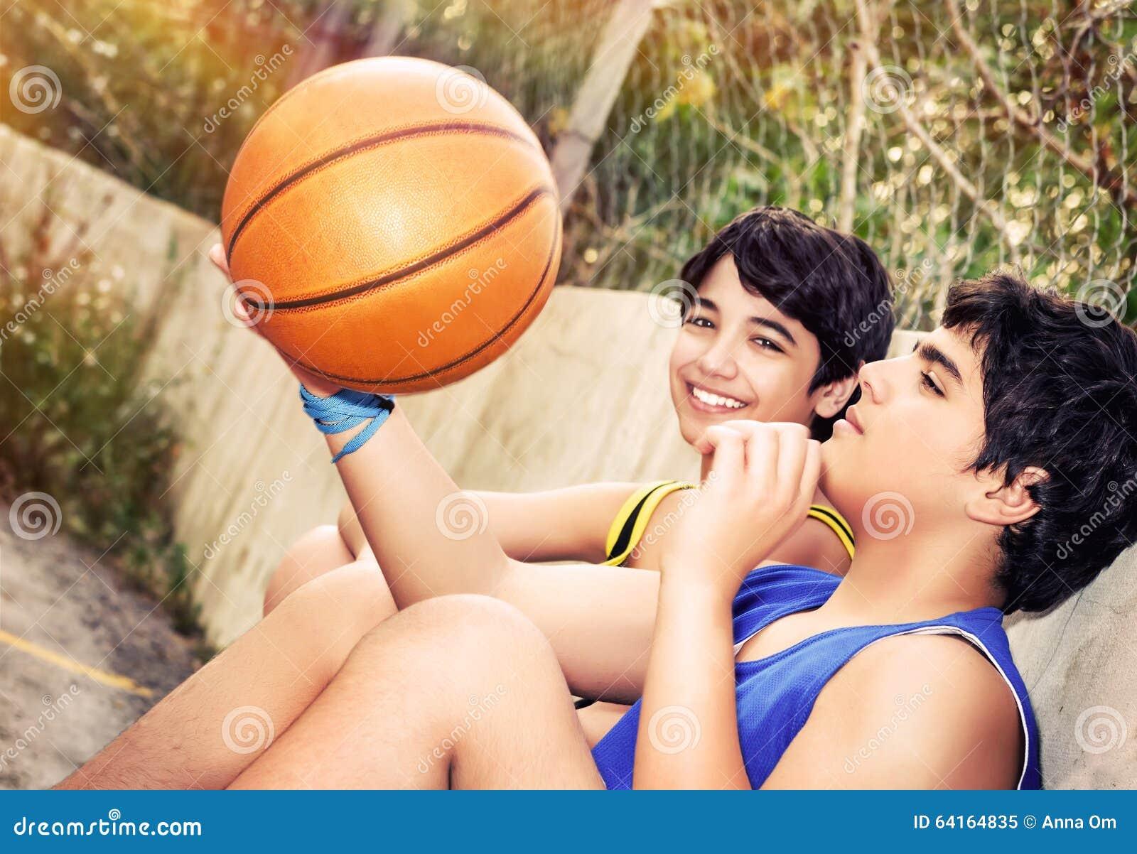 Lyckliga basketspelare