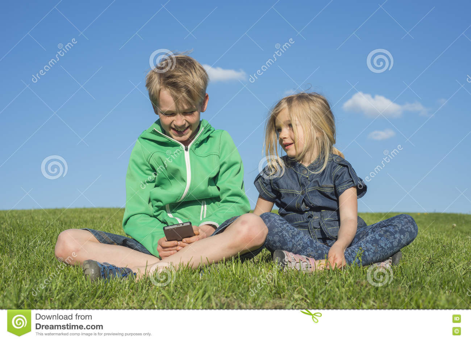 Svenskt spel för barn blond pojke