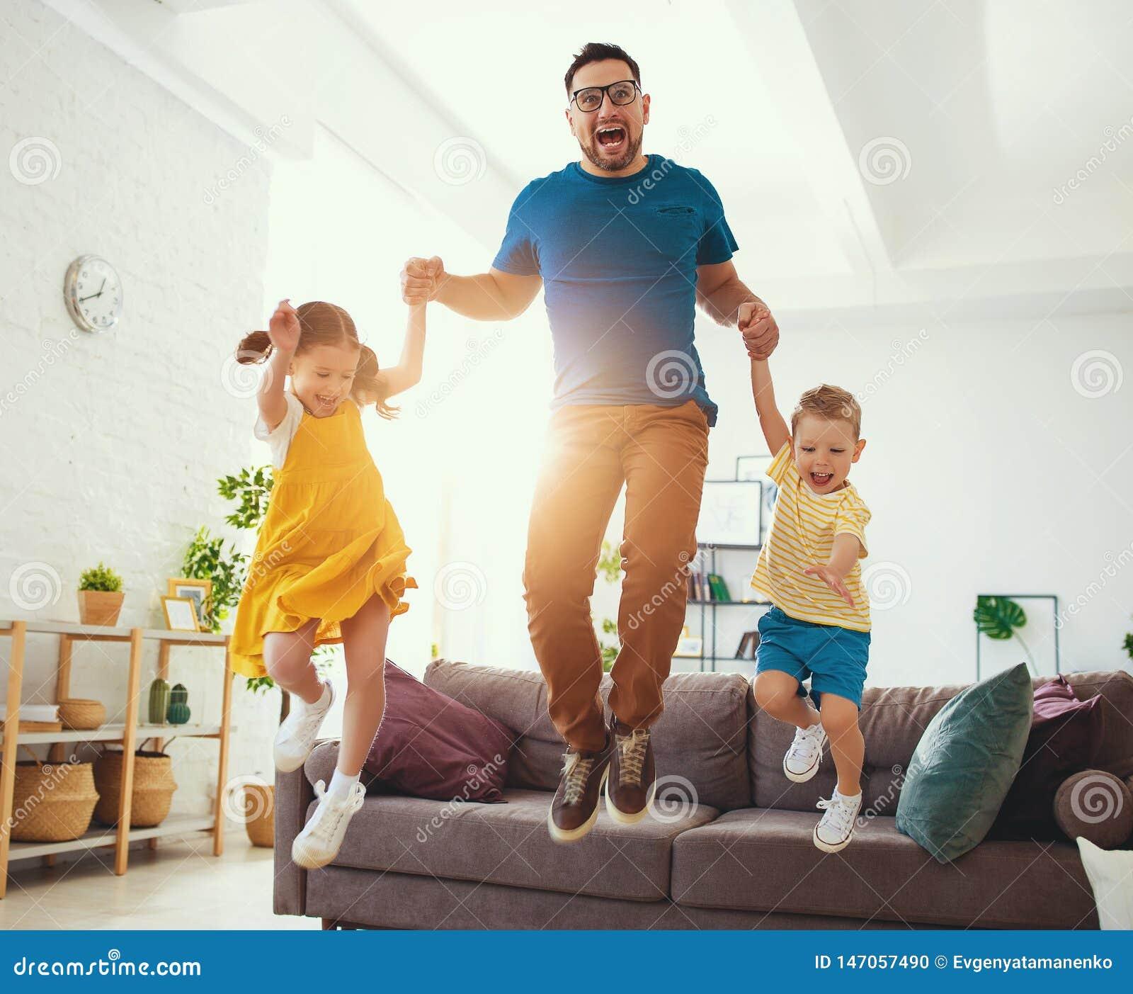 Lyckliga faders dag! Barn gratulerar farsan ett hopp och en dans