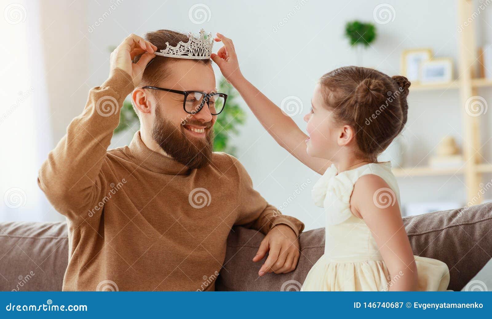 Lyckliga faders dag! barndottern i krona g?r makeup till pappan