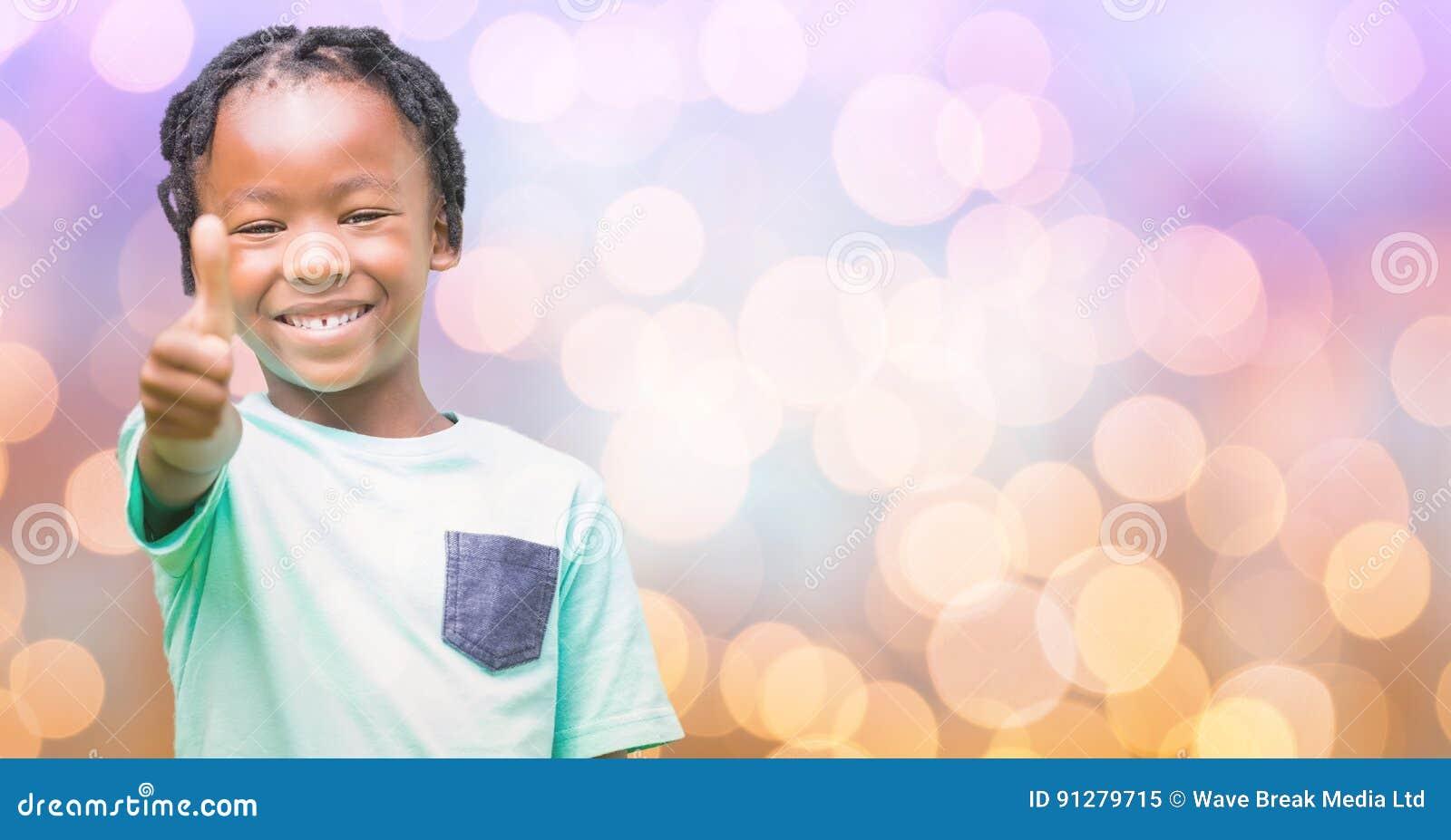 Lyckliga flickavisningtummar upp över bokeh