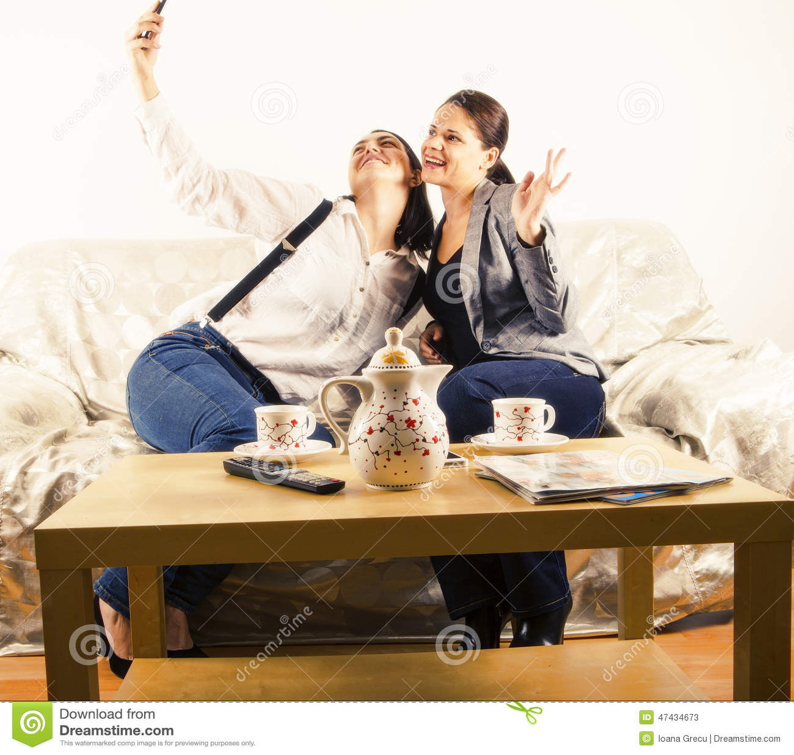 Lyckliga flickvänner som tar en selfie