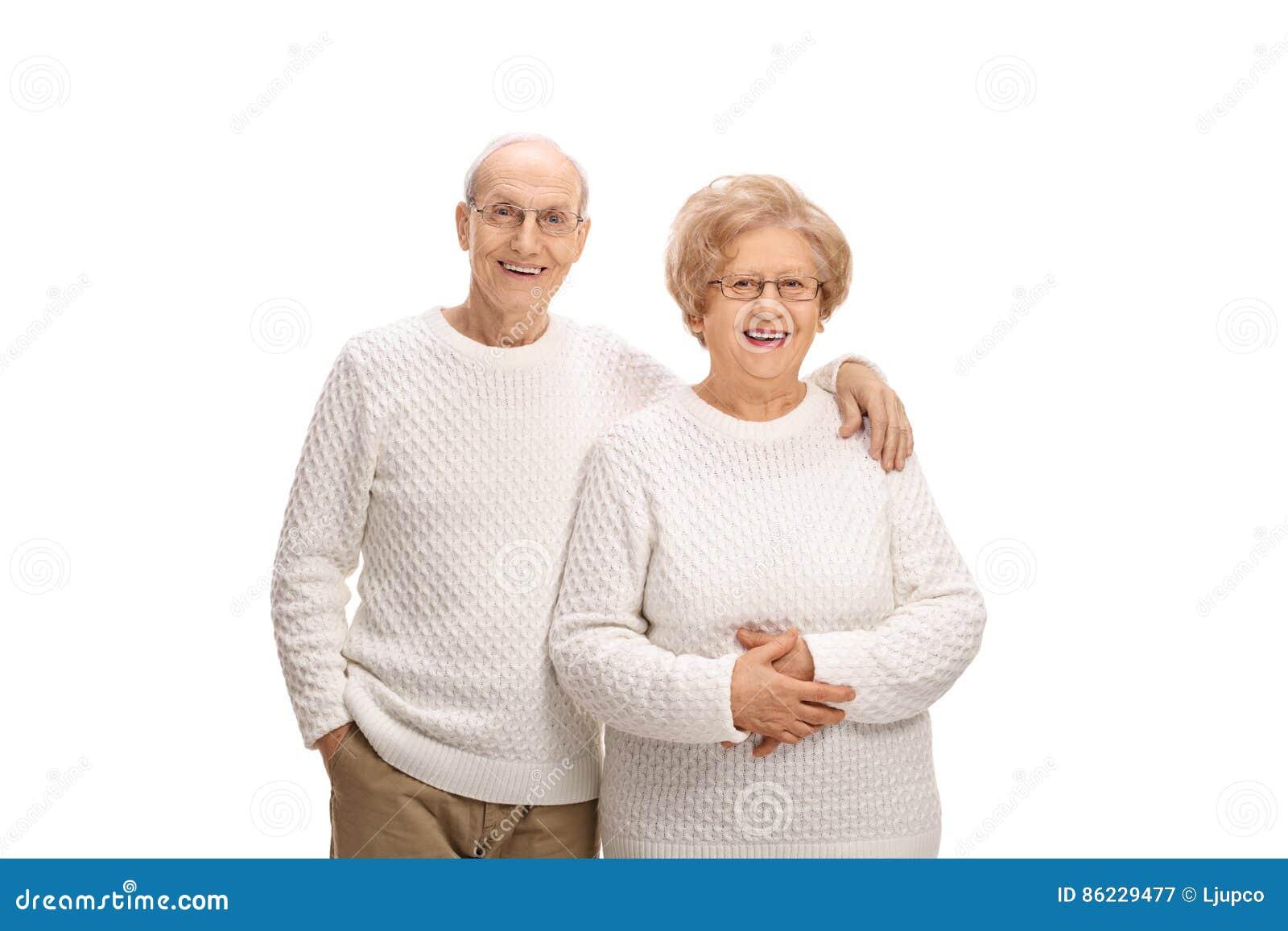 Lyckliga höga par som ler och ser kameran