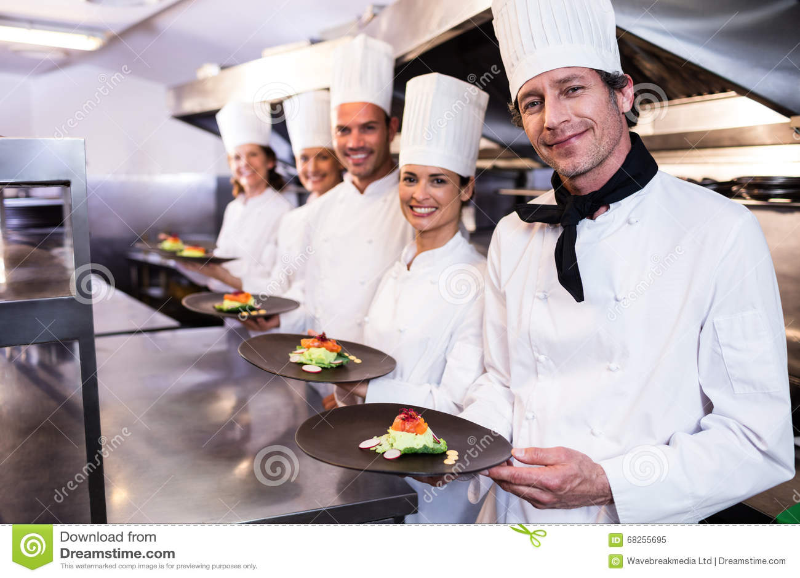 Lyckliga kockar som framlägger deras matplattor