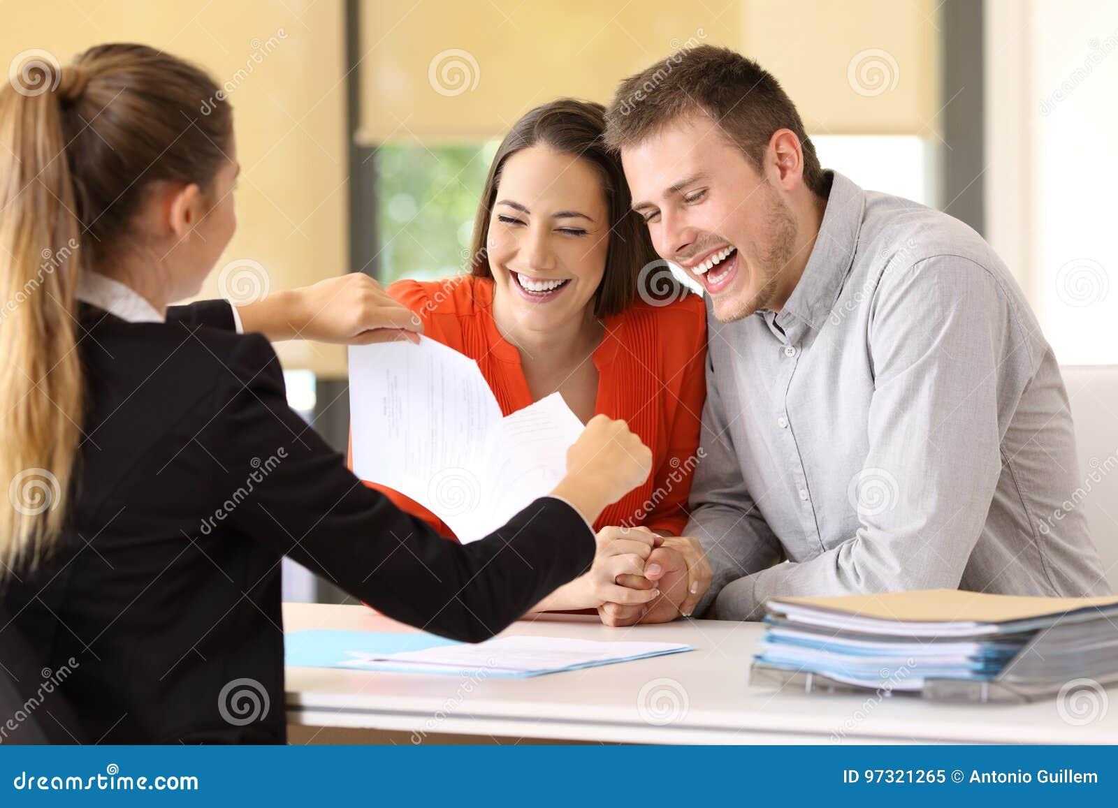 Lyckliga kunder som avslutar avtalet och bryter det