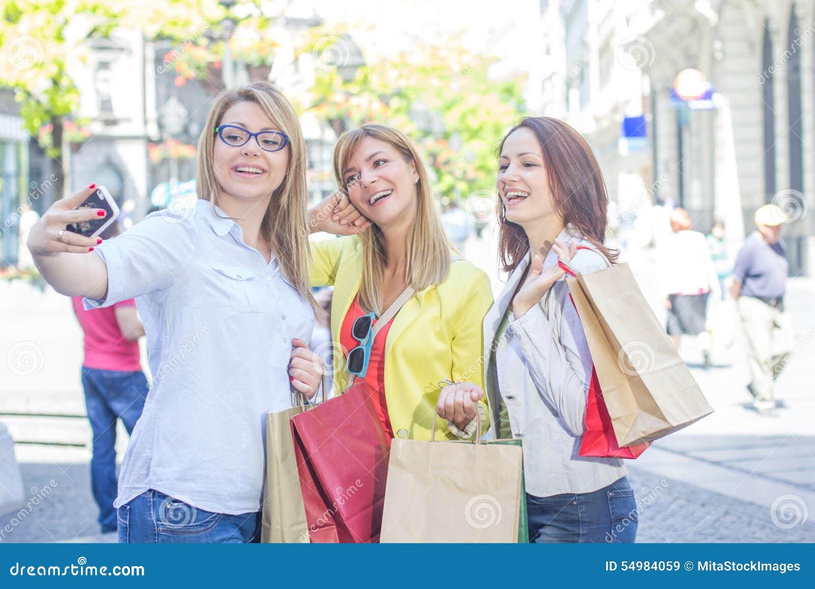 Lyckliga kvinnliga vänner som tar Selfie