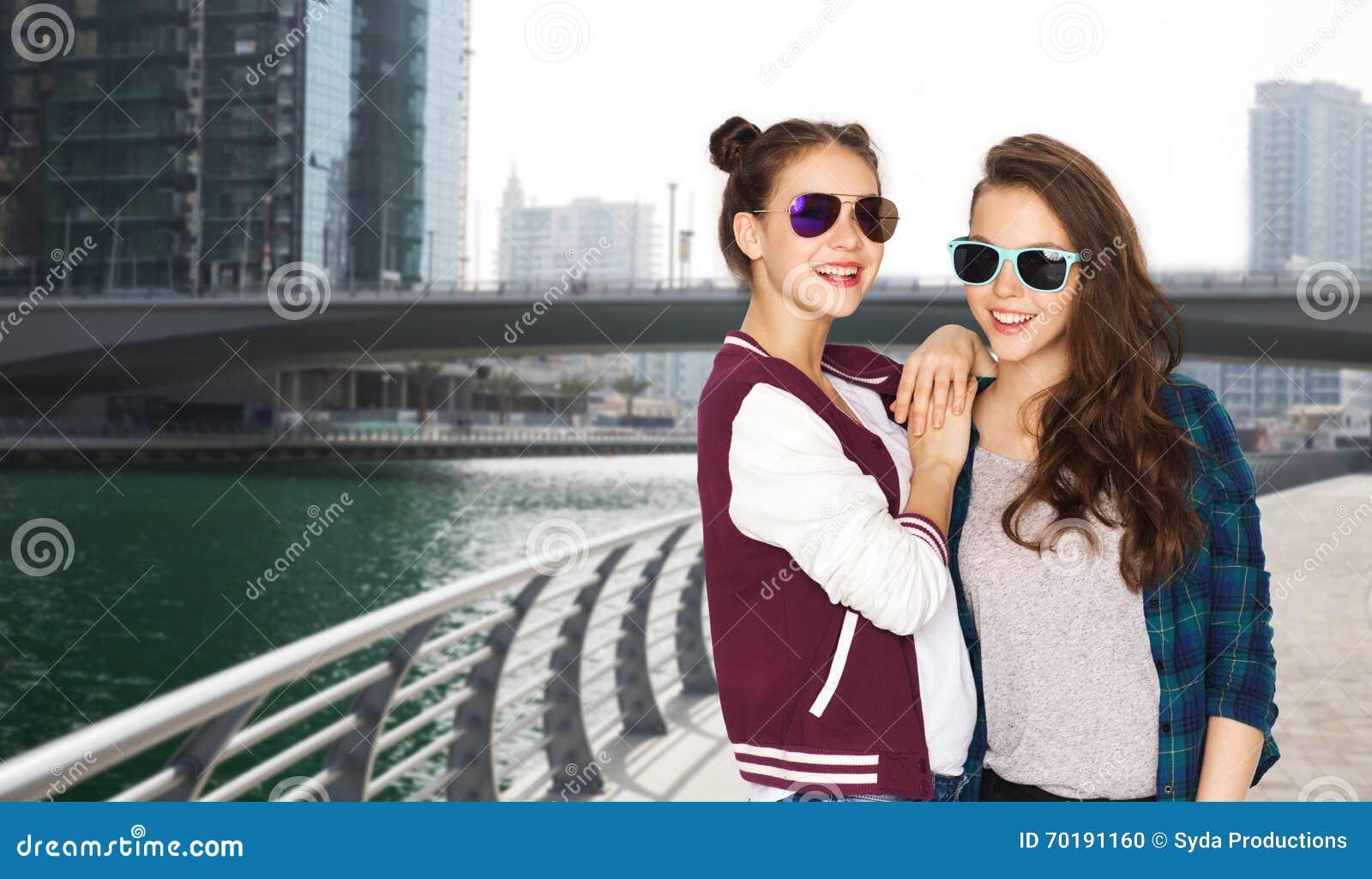 Lyckliga le nätta tonårs- flickor i solglasögon