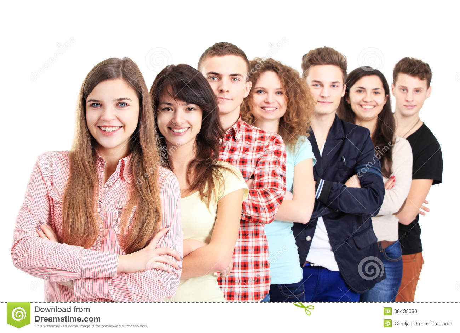 Lyckliga le studenter som står i rad