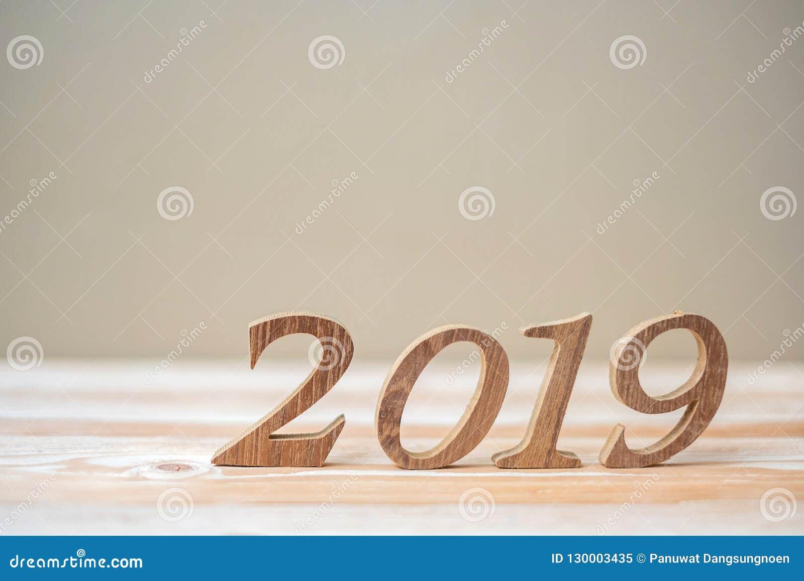 2019 lyckliga nya år med brunt tränummer på tabell- och kopieringsutrymme Ny start, upplösning, mål och beskickning