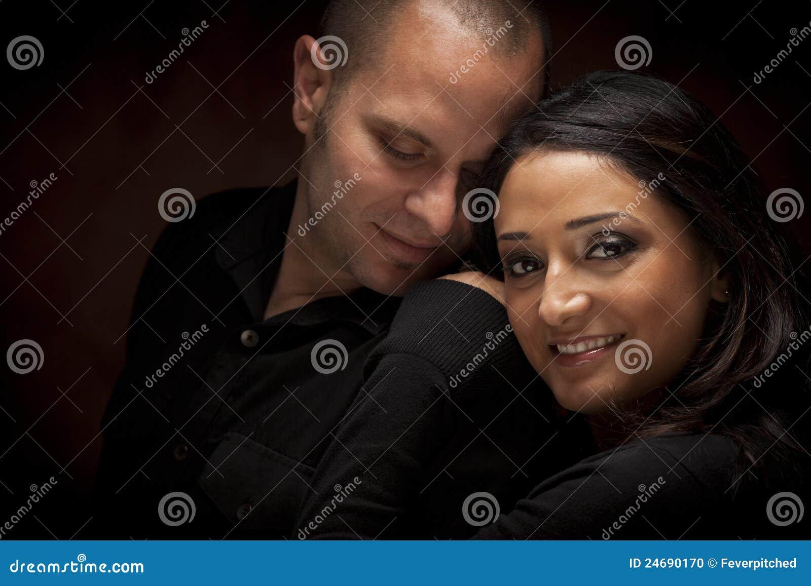 Lyckliga par för blandat lopp som flörtar med de