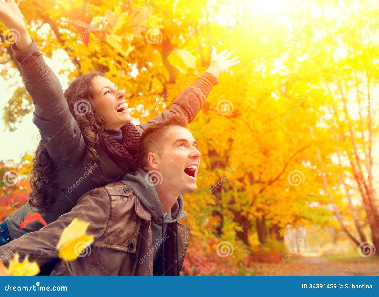 Lyckliga par i Autumn Park