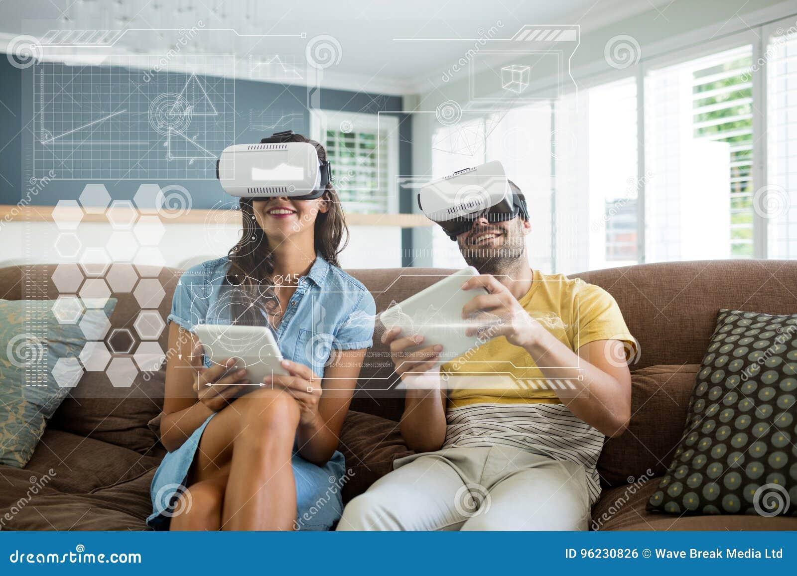 Lyckliga par i VR-hörlurar med mikrofon som ser manöverenheten