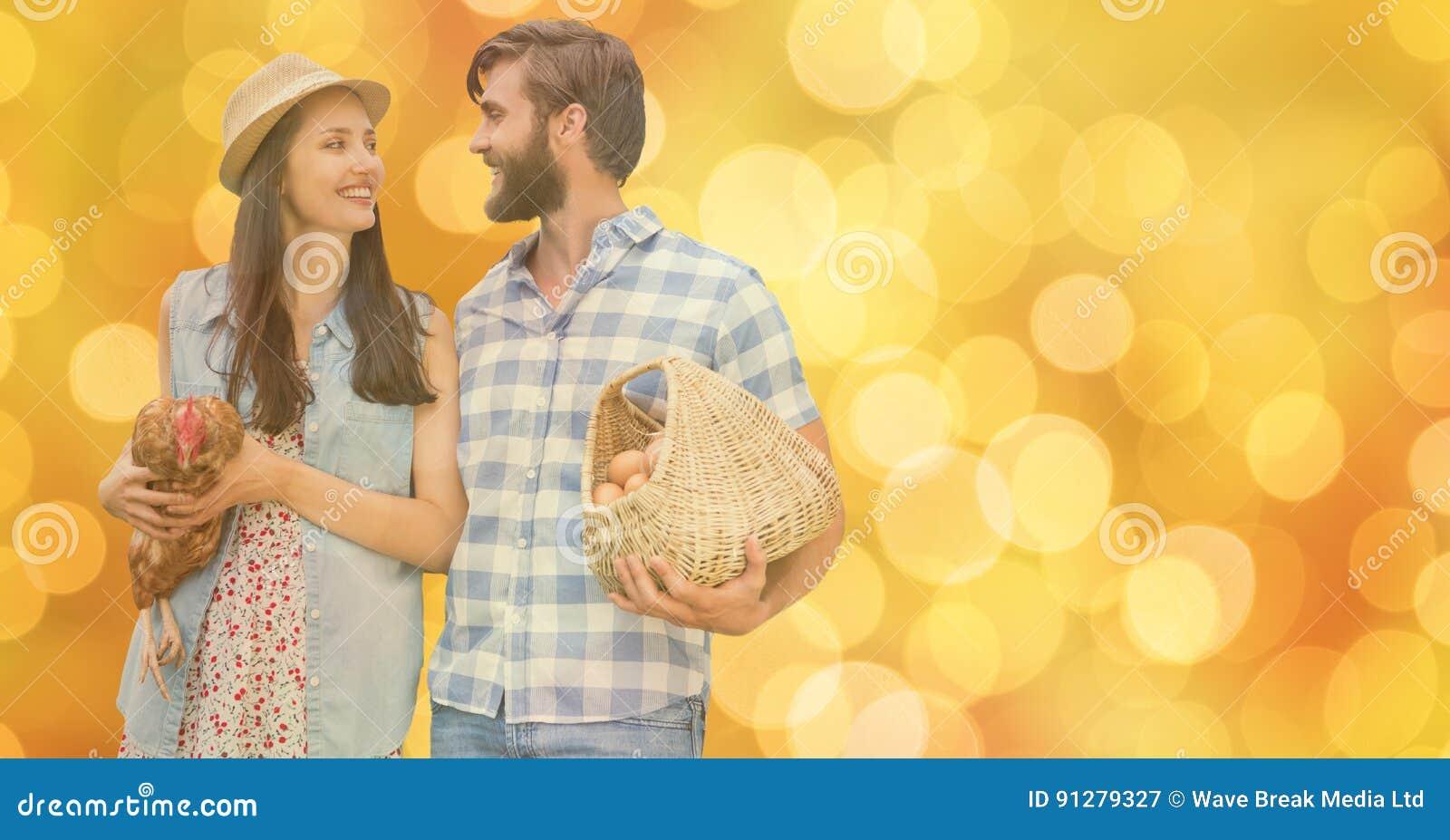 Lyckliga par med ägg och hönan över bokeh