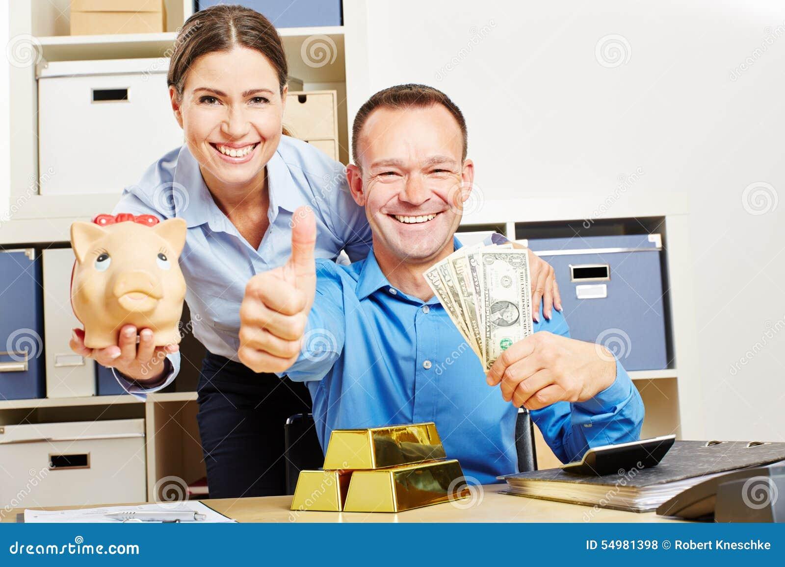 Lyckliga par med dollarpengar och guld
