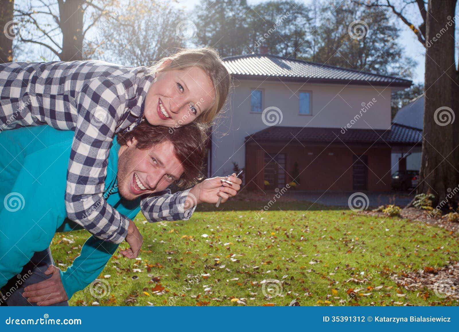 Lyckliga par med ett nytt hus