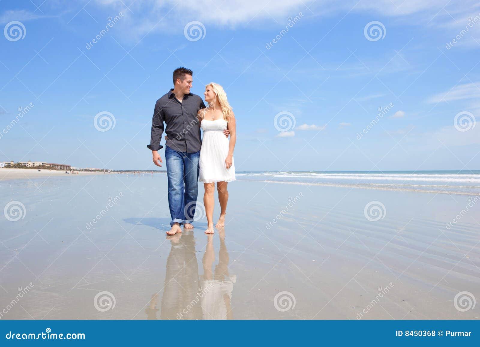 Lyckliga par på en strand.