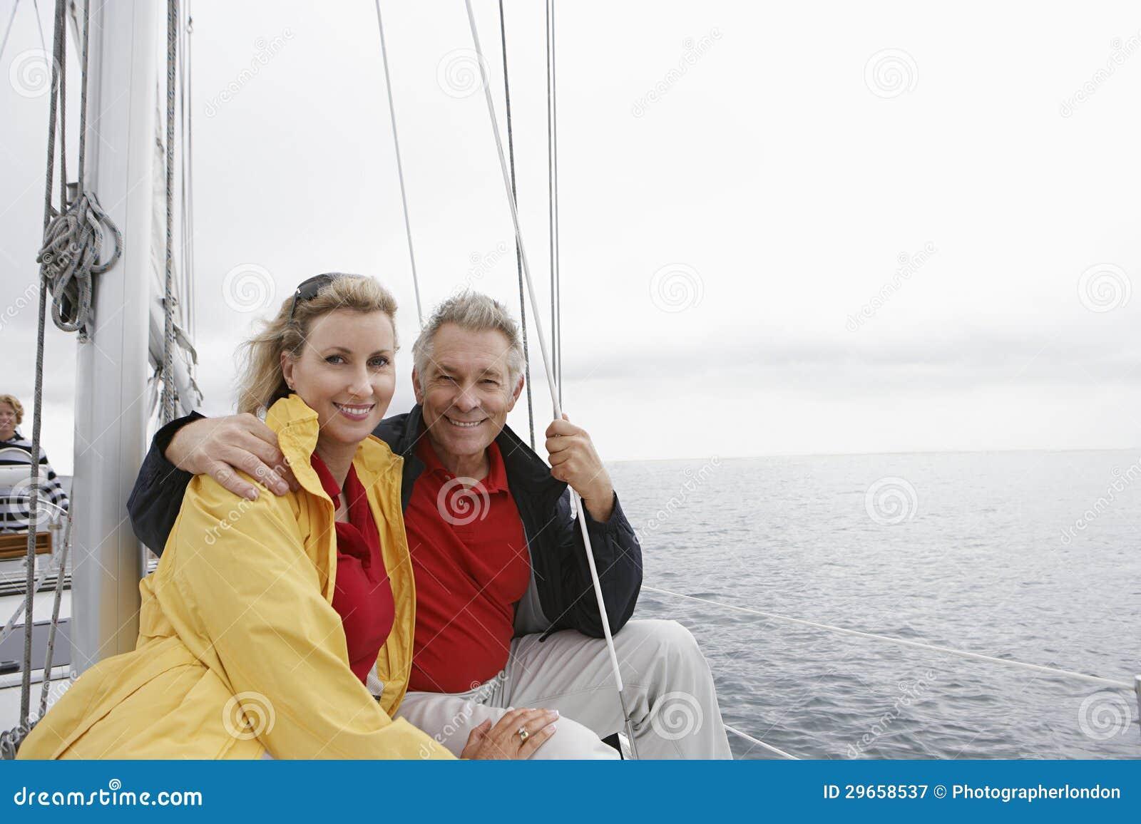 Lyckliga par på segelbåten