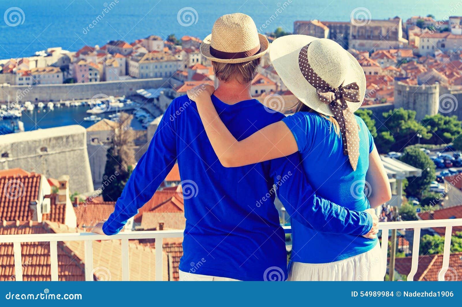 Lyckliga par på sommarsemester i Kroatien