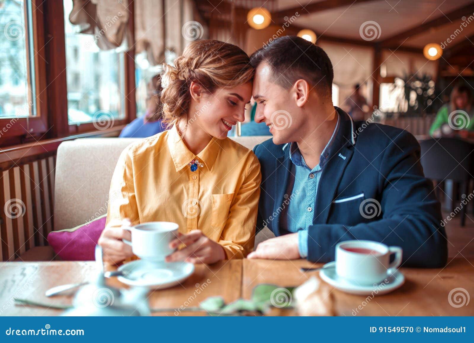 Lyckliga par, romantiskt datum i restaurang