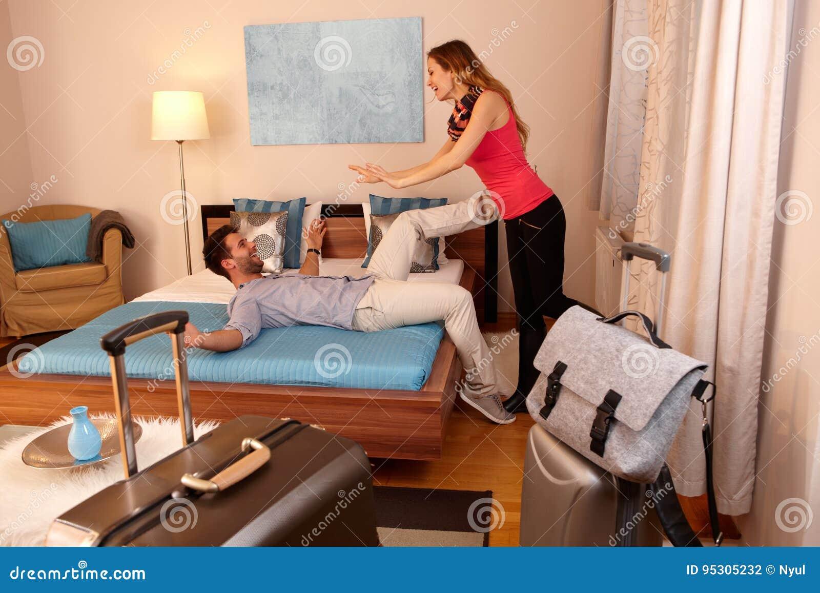 Lyckliga par som ankommer i ferie