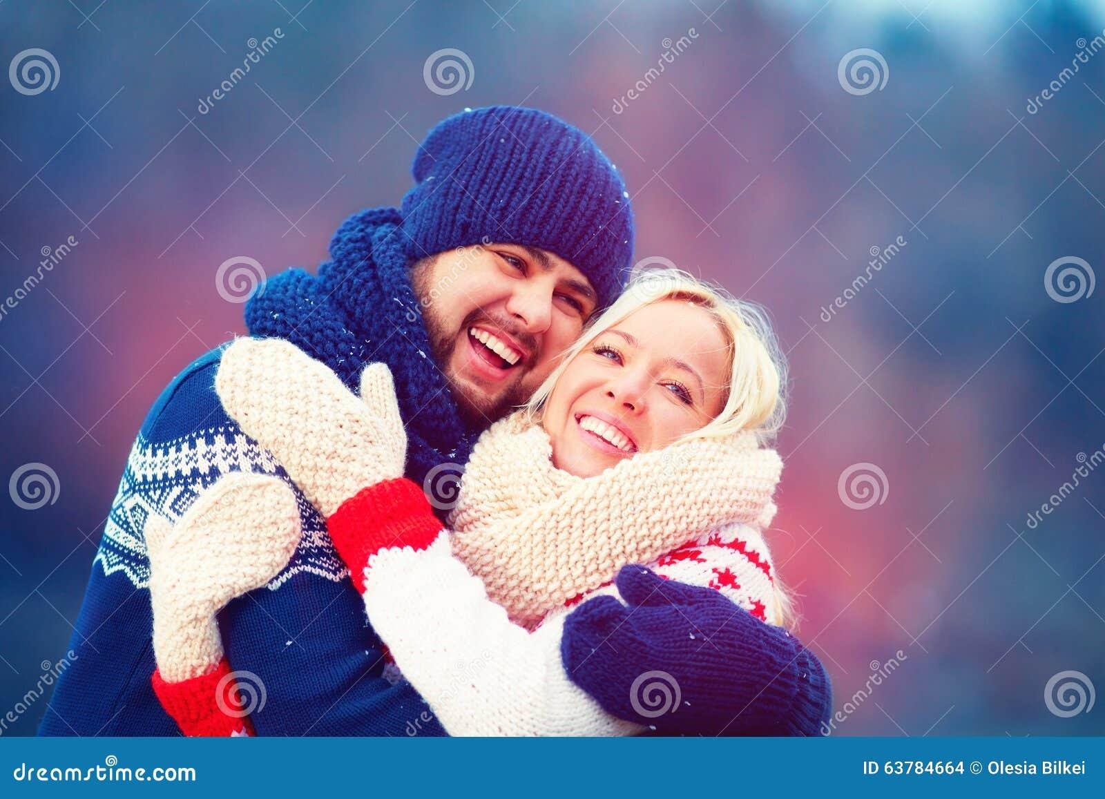 Lyckliga par som har gyckel under vinterferie