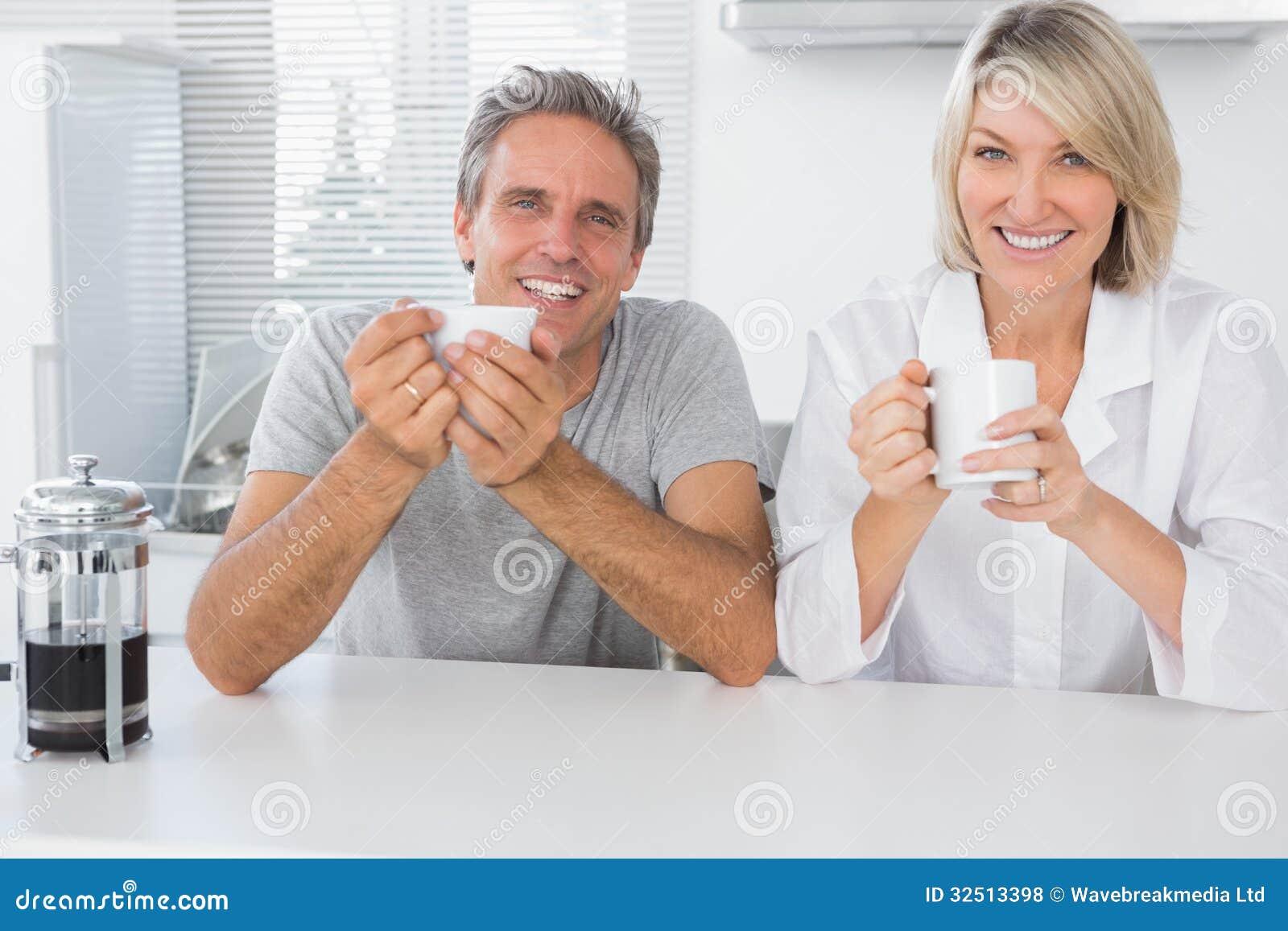 Lyckliga par som har kaffe i morgonen