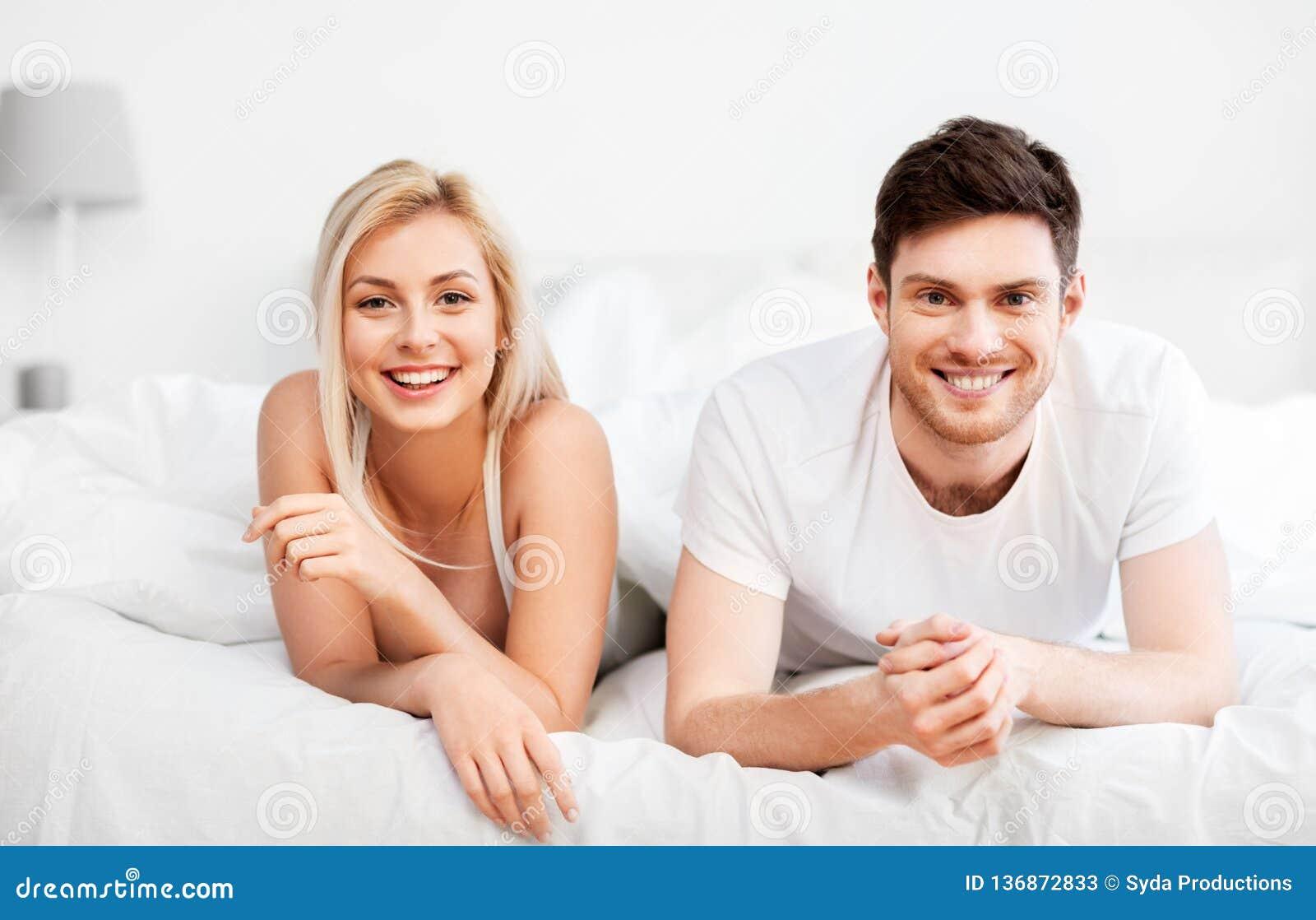 Lyckliga par som hemma ligger i säng