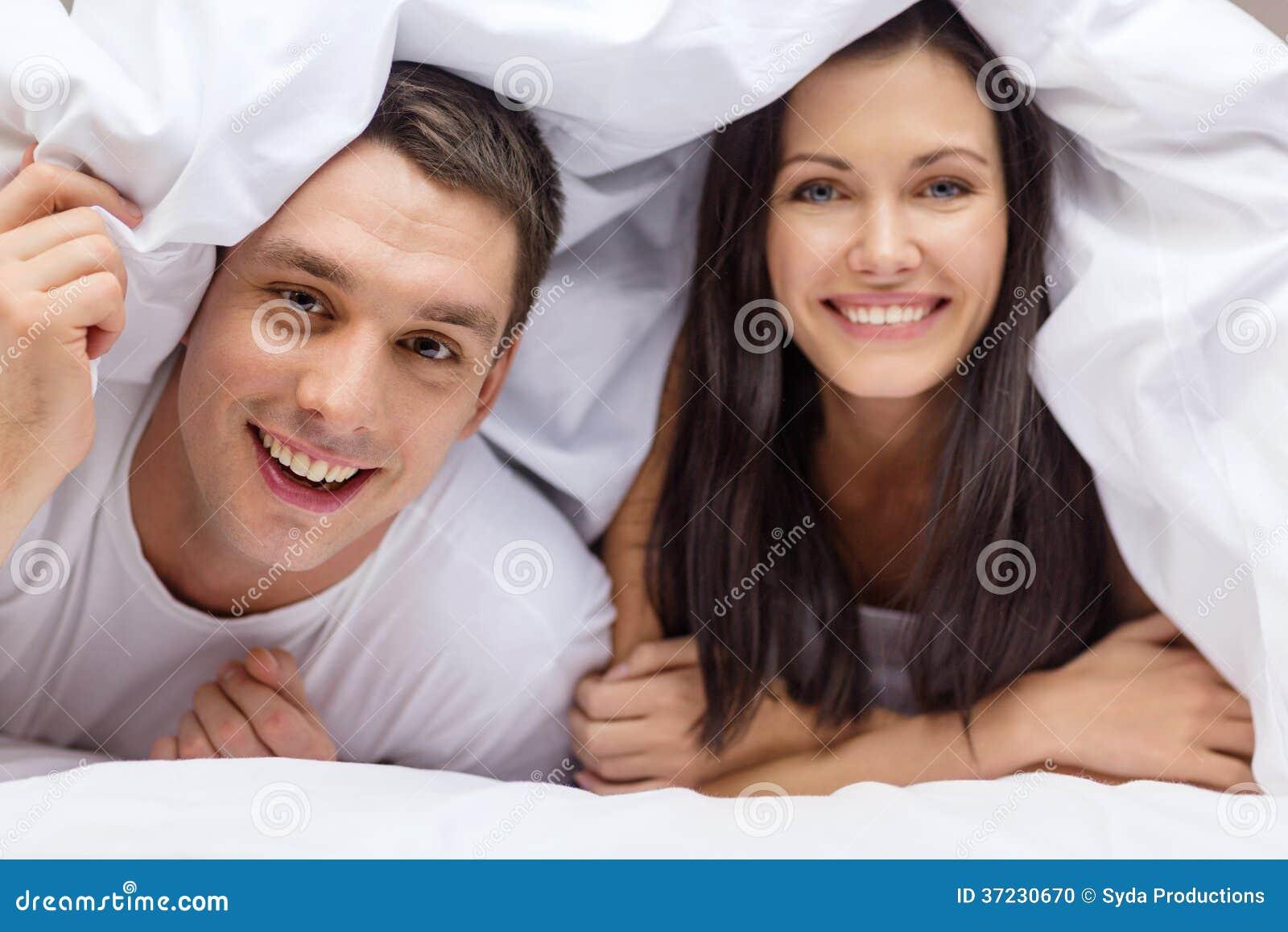Lyckliga par som sover i säng