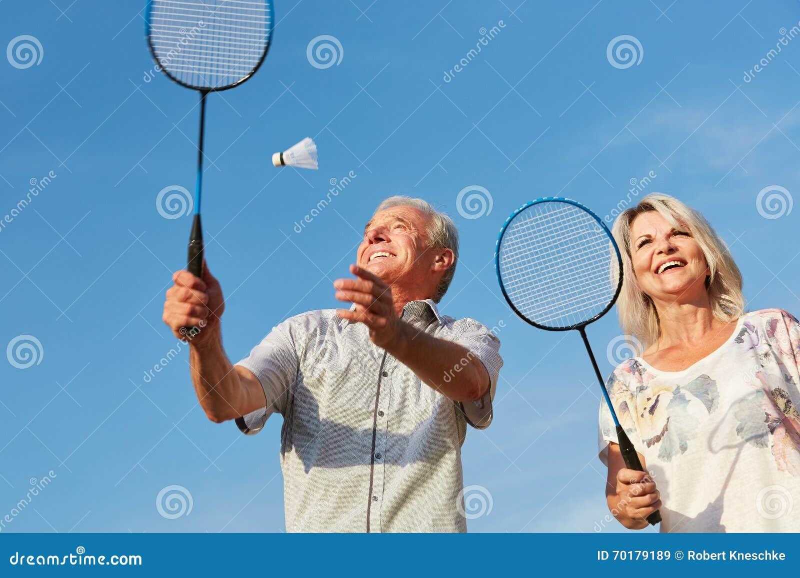 Lyckliga par som spelar badminton