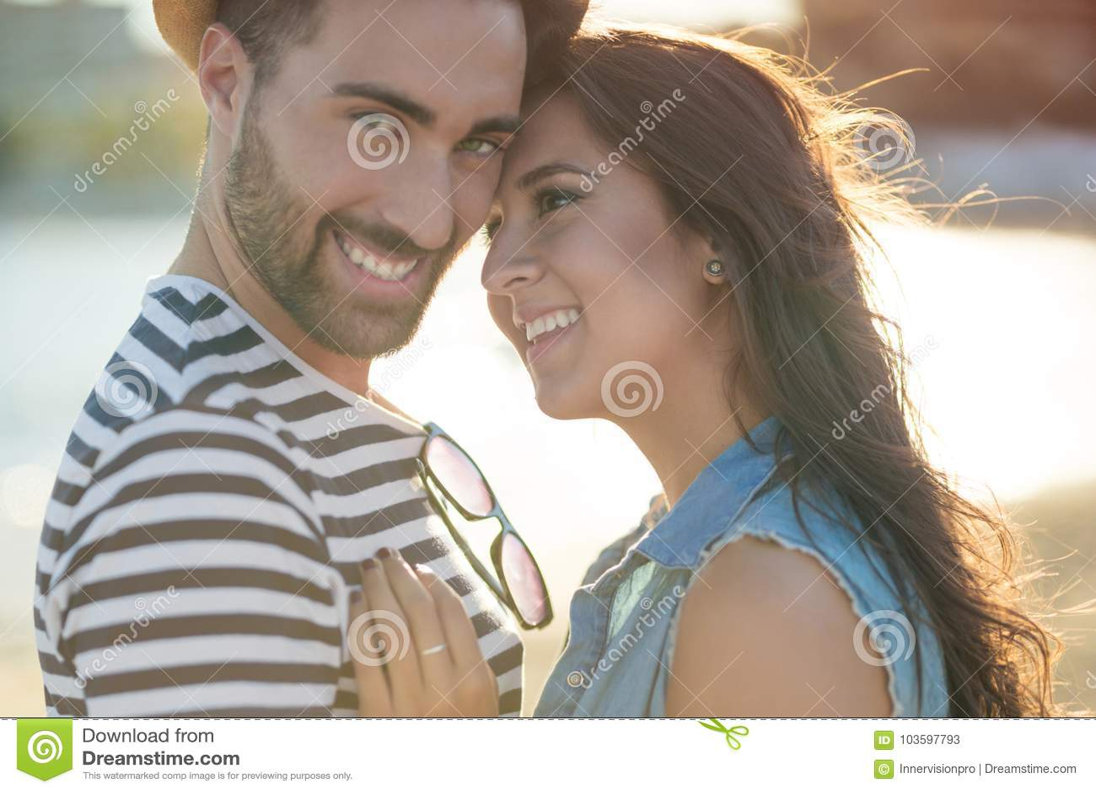 Lyckliga par som tillsammans utanför står
