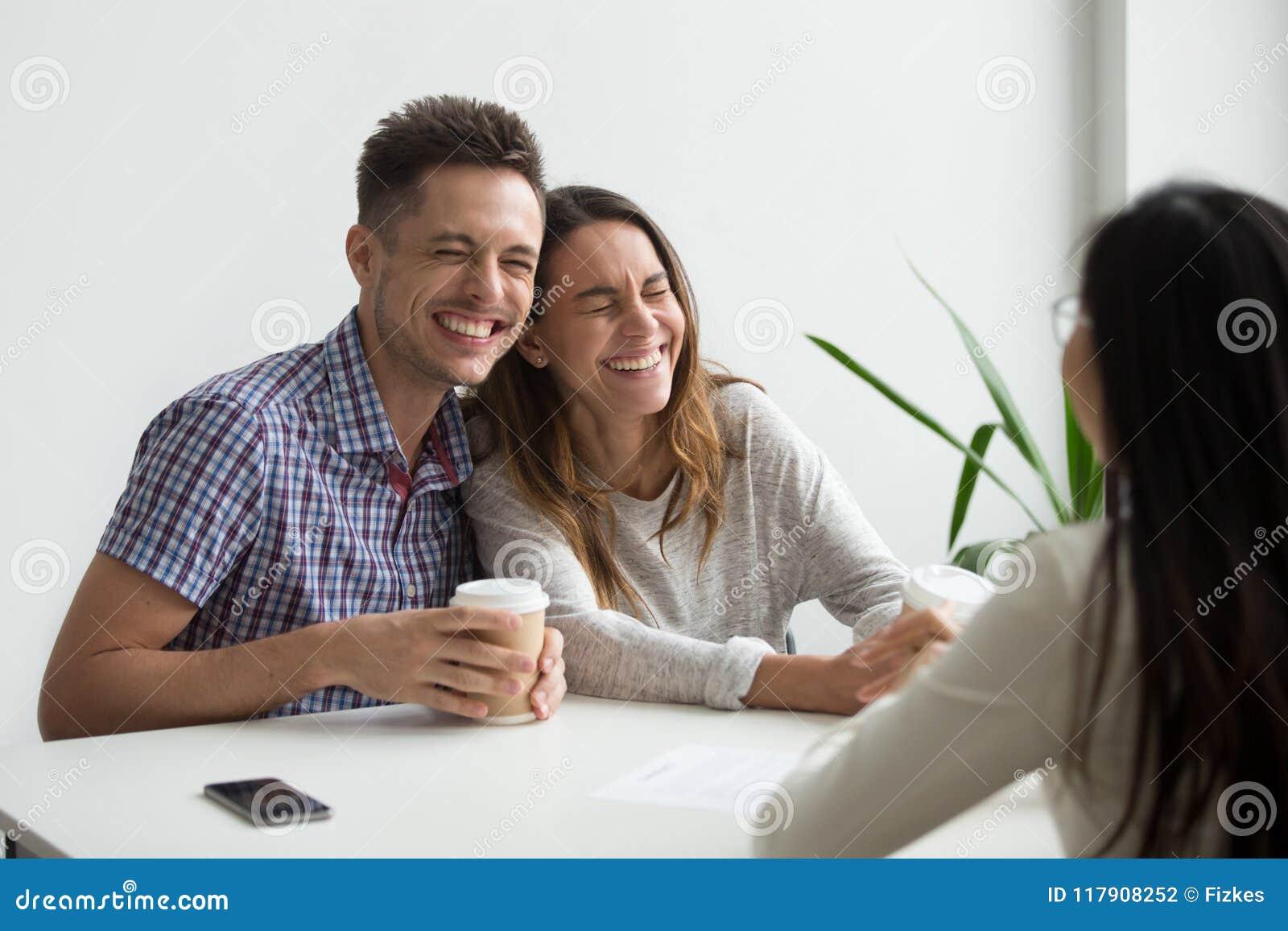 Lyckliga parklienter som skrattar planläggning för att underteckna avtalet på meetien