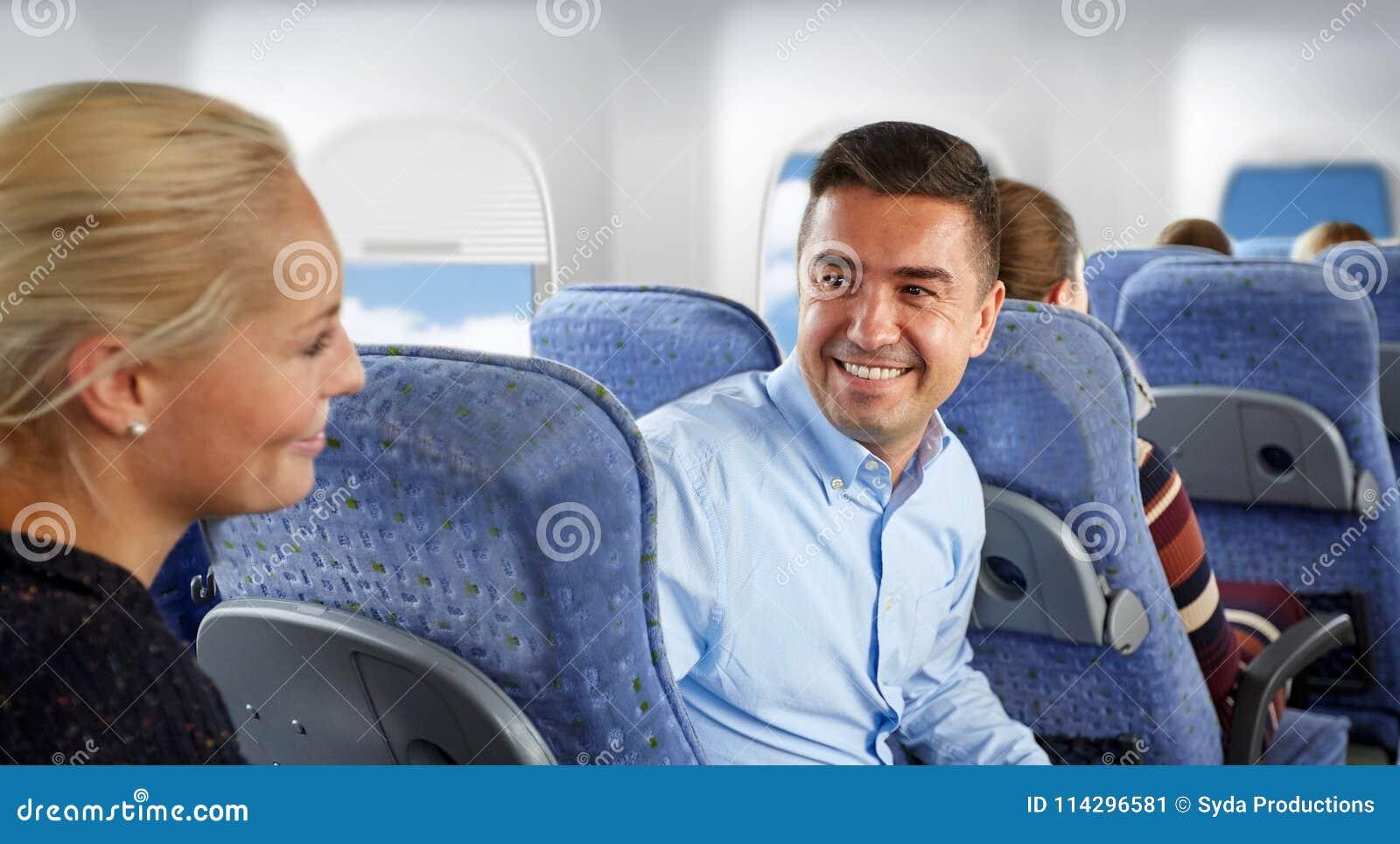Lyckliga passagerare som talar i nivå