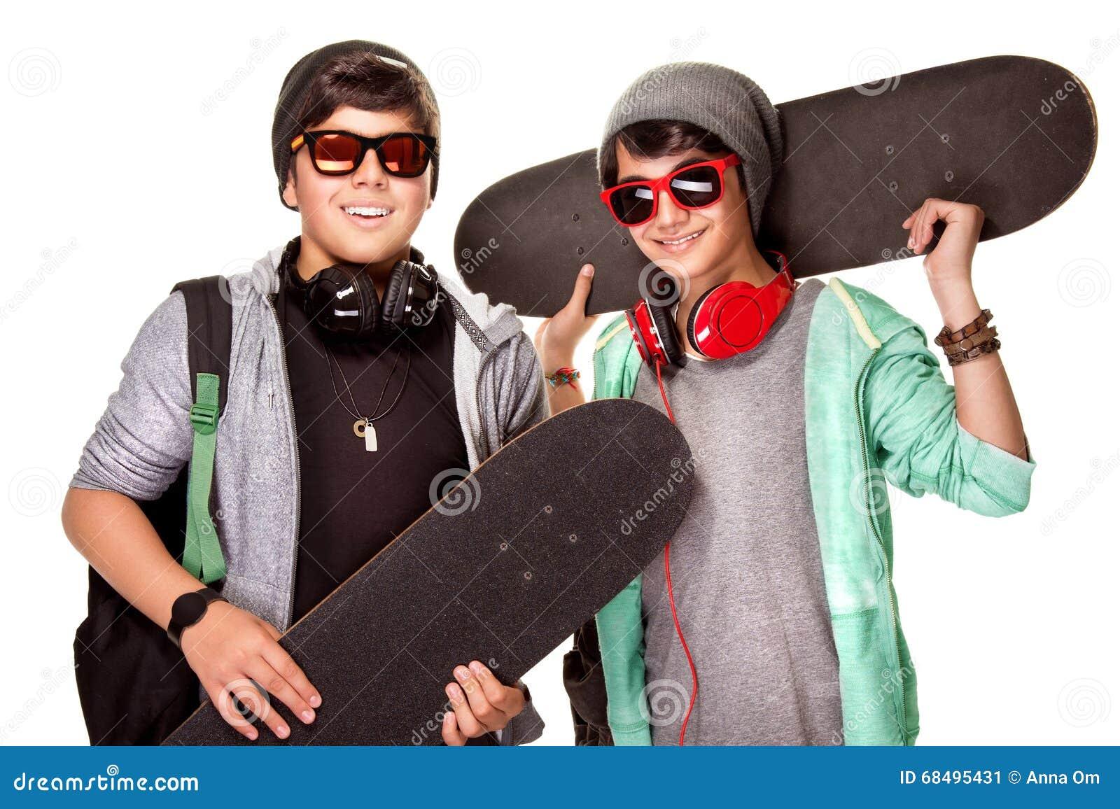 Lyckliga pojkar med skateboarder