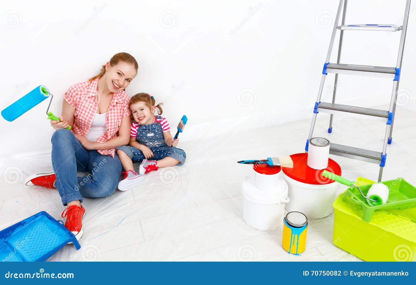 Lyckliga reparationer för danande för familjmoder- och barndotter, målar wal