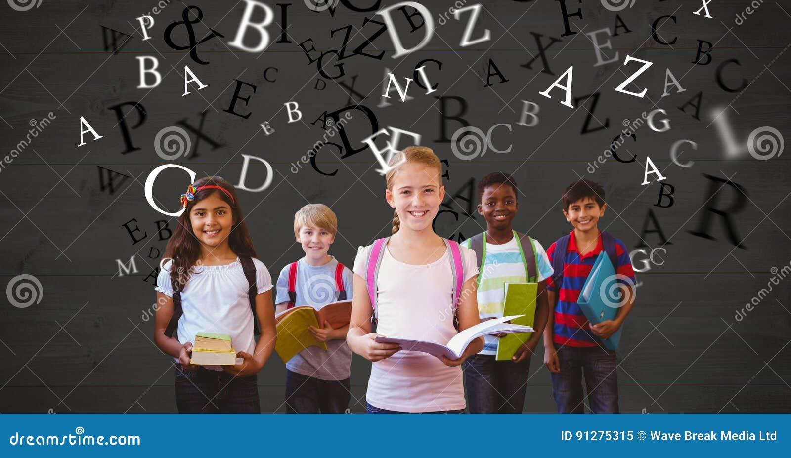 Lyckliga skolbarn som rymmer böcker medan flyga för bokstäver